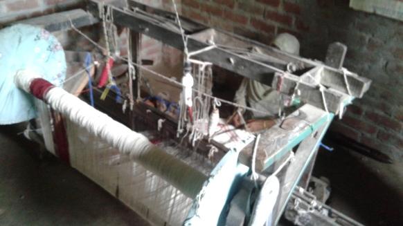 5_AZIMVTH_Ashram_manual_weaving_wooden_device_woman_artisan